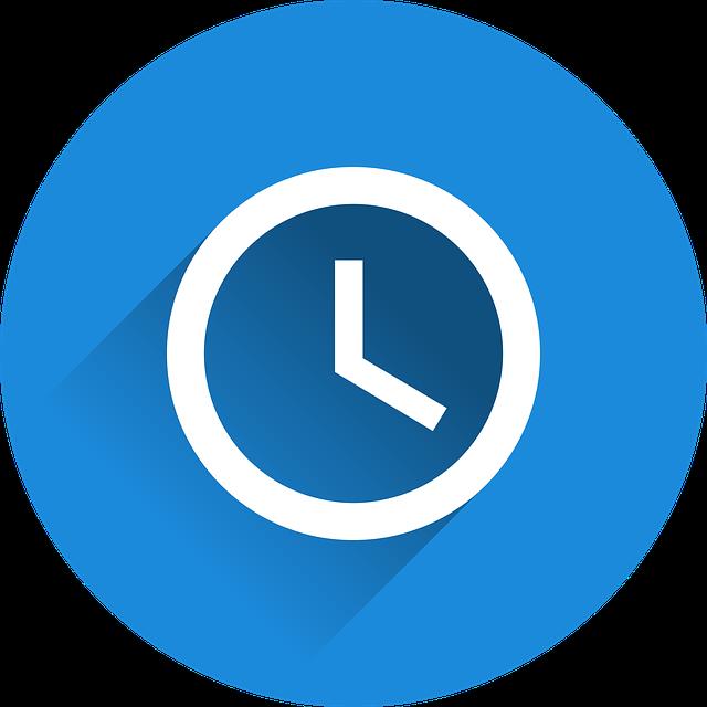 Une horloge sur fond bleu.
